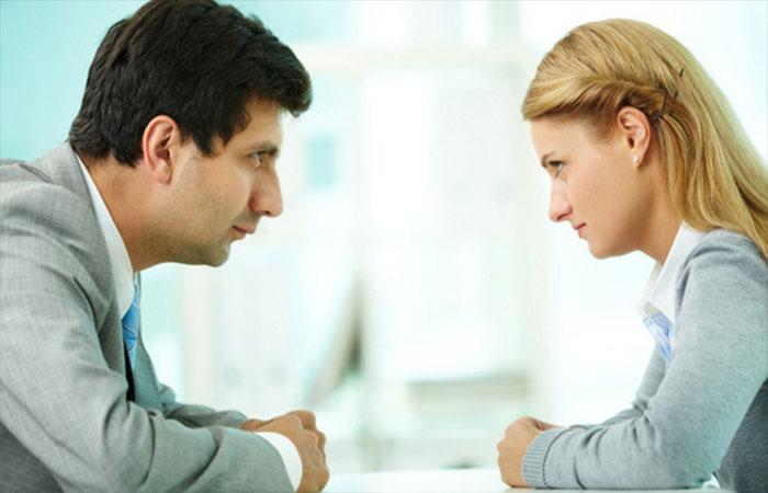 Những lỗi hay mắc khi giao tiếp bằng mắt
