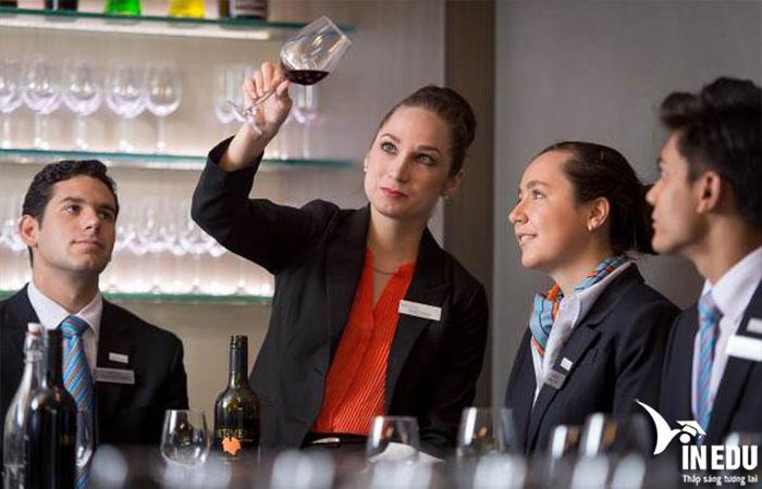 Vì sao nên theo đuổi nghề quản lý du lịch khách sạn?